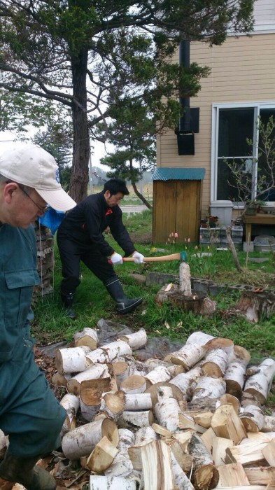 玉切りした薪を割ります