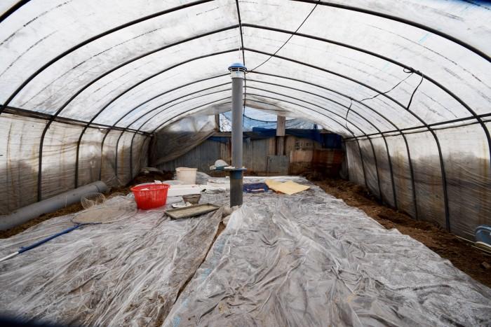 土の中から筒のようなものが・・よく見るとトイレなどに使われていた換気扇のようなものだった。